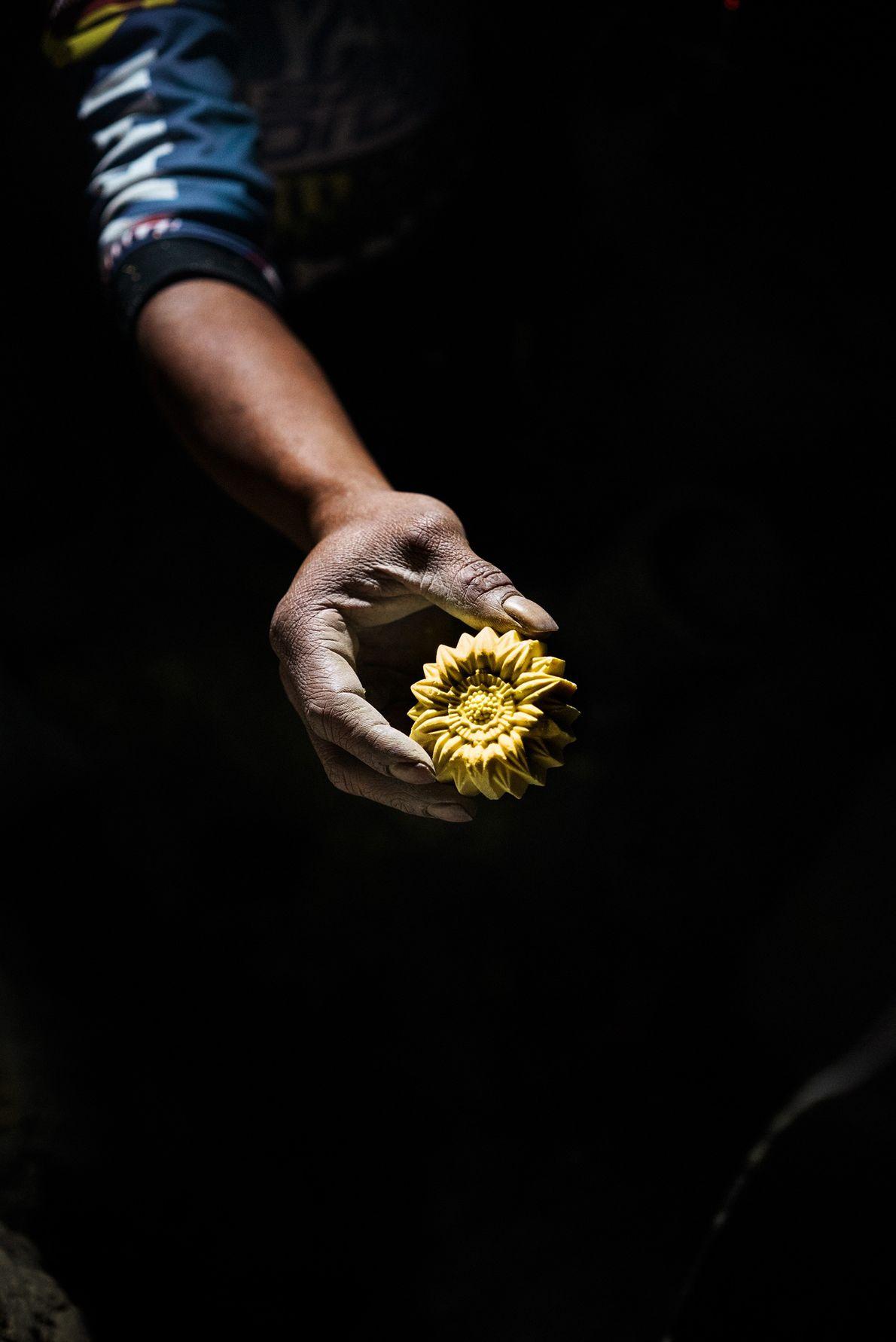 Wito, âgé de quarante-trois ans, grave une fleur dans un bloc de soufre pour gagner un ...