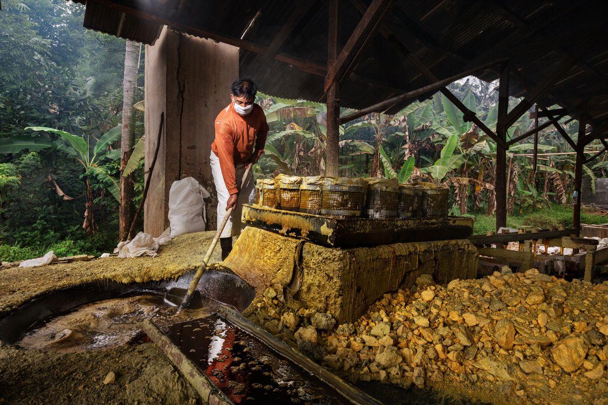 Bandi, 40 ans, transforme le soufre dans l'usine rudimentaire du village de Tamansari. Après avoir été ...