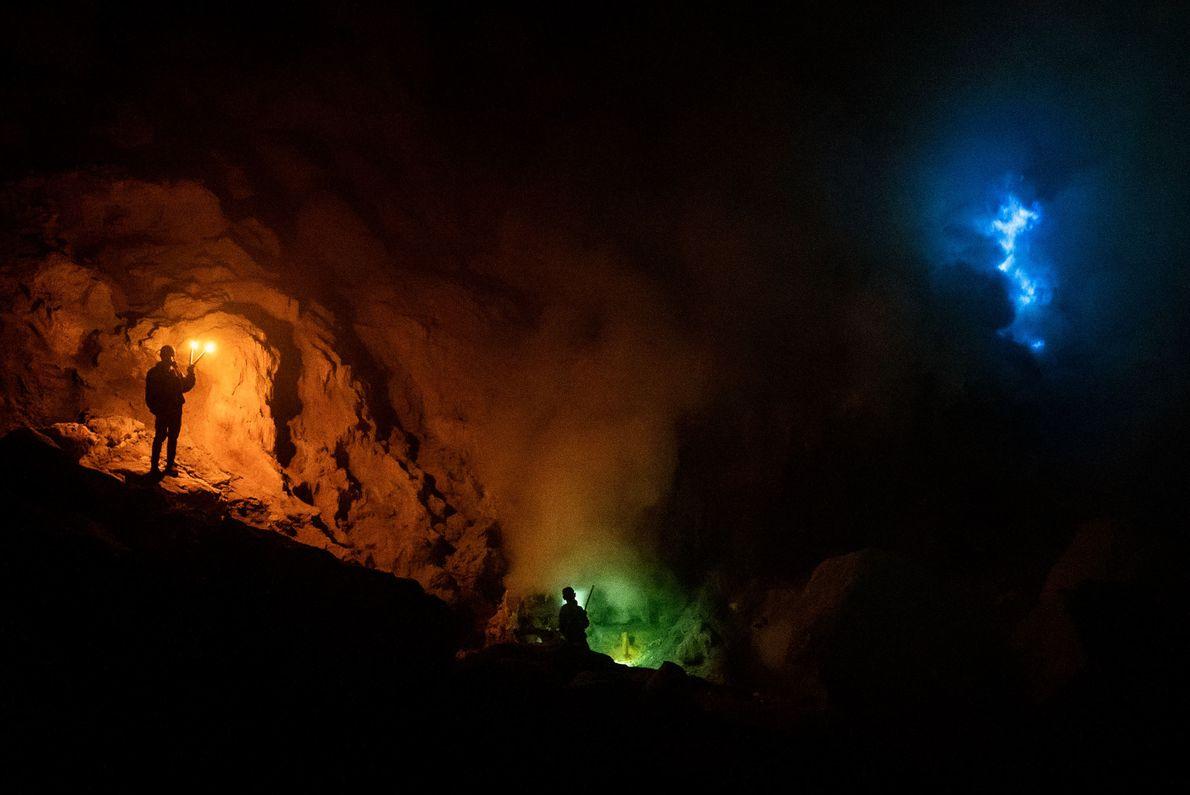 Le mont Ijen est célèbre pour ses flammes bleues, qui sont causées par la combustion des ...