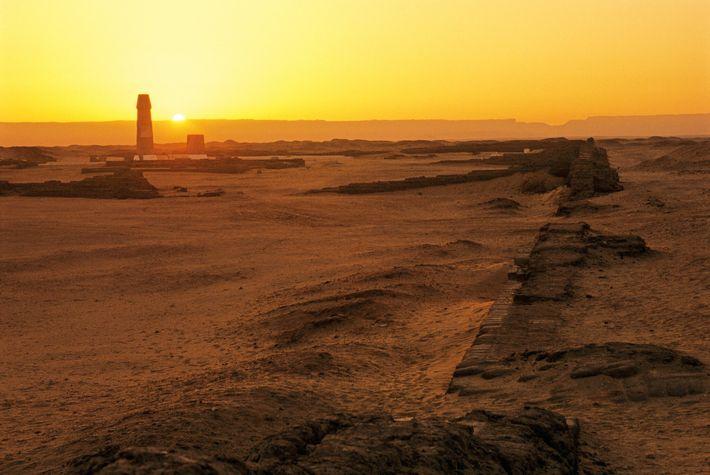 Le soleil se lève au-dessus des ruines du grand temple d'Aton dans l'actuelle Amarna en Égypte. ...