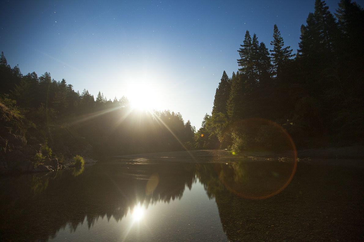 La pleine lune se lève sur le fleuve Eel dans le parc national de Redwood.