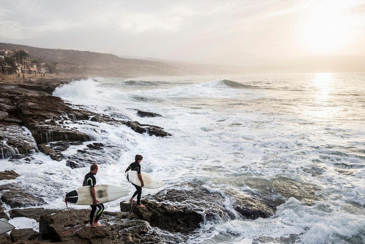 Peu de gens associent la culture du surf au Maroc, mais le petit village de pêcheurs ...