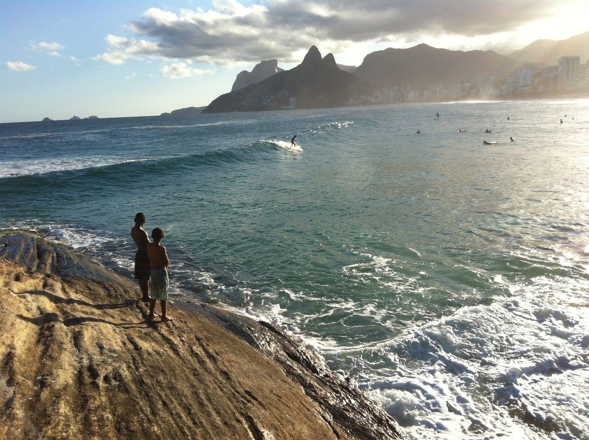 À Rio de Janeiro au Brésil, cet affleurement rocheux à proximité immédiate de la plage d'Arpoador ...