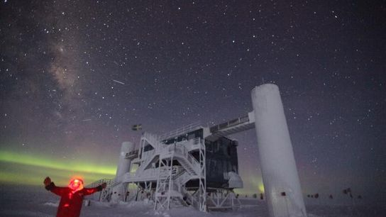 Sven Lidström se prend en photo devant l'observatoire IceCube Neutrino.