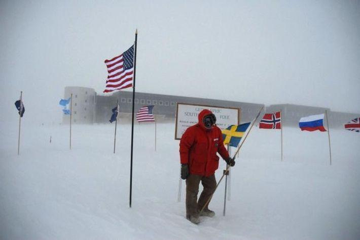 Sven Lidström au pôle Sud, devant la station Amundsen-Scott.