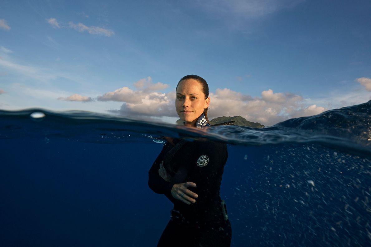 Jessica Cramp prend la pose alors qu'elle fait de la plongée libre au large de Rarotonga.