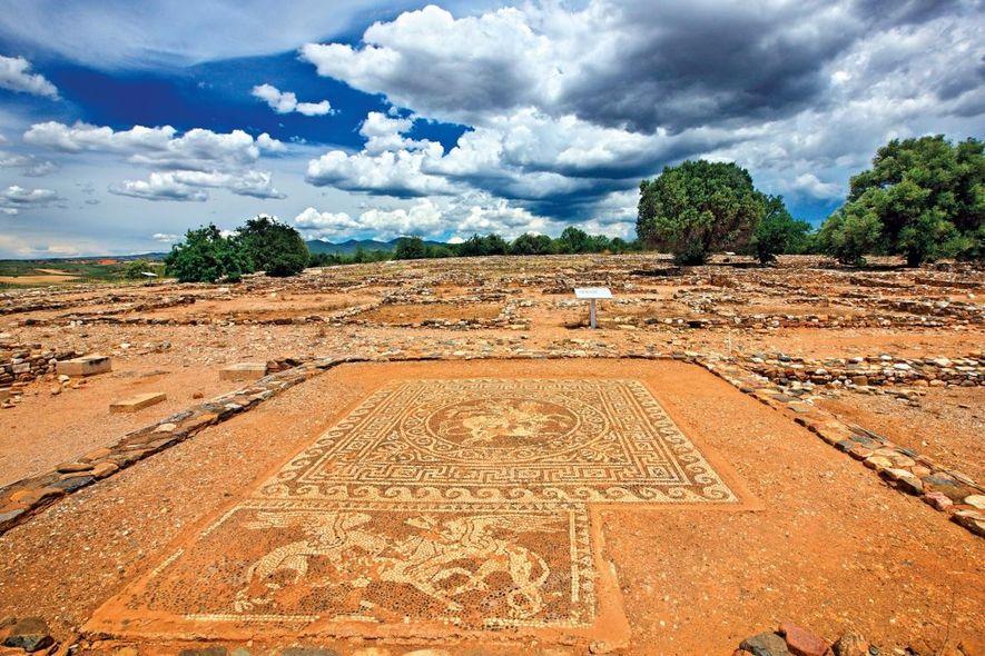 Mise au jour à Olynthus dans le nord de la Grèce, cette mosaïque ornait le sol ...