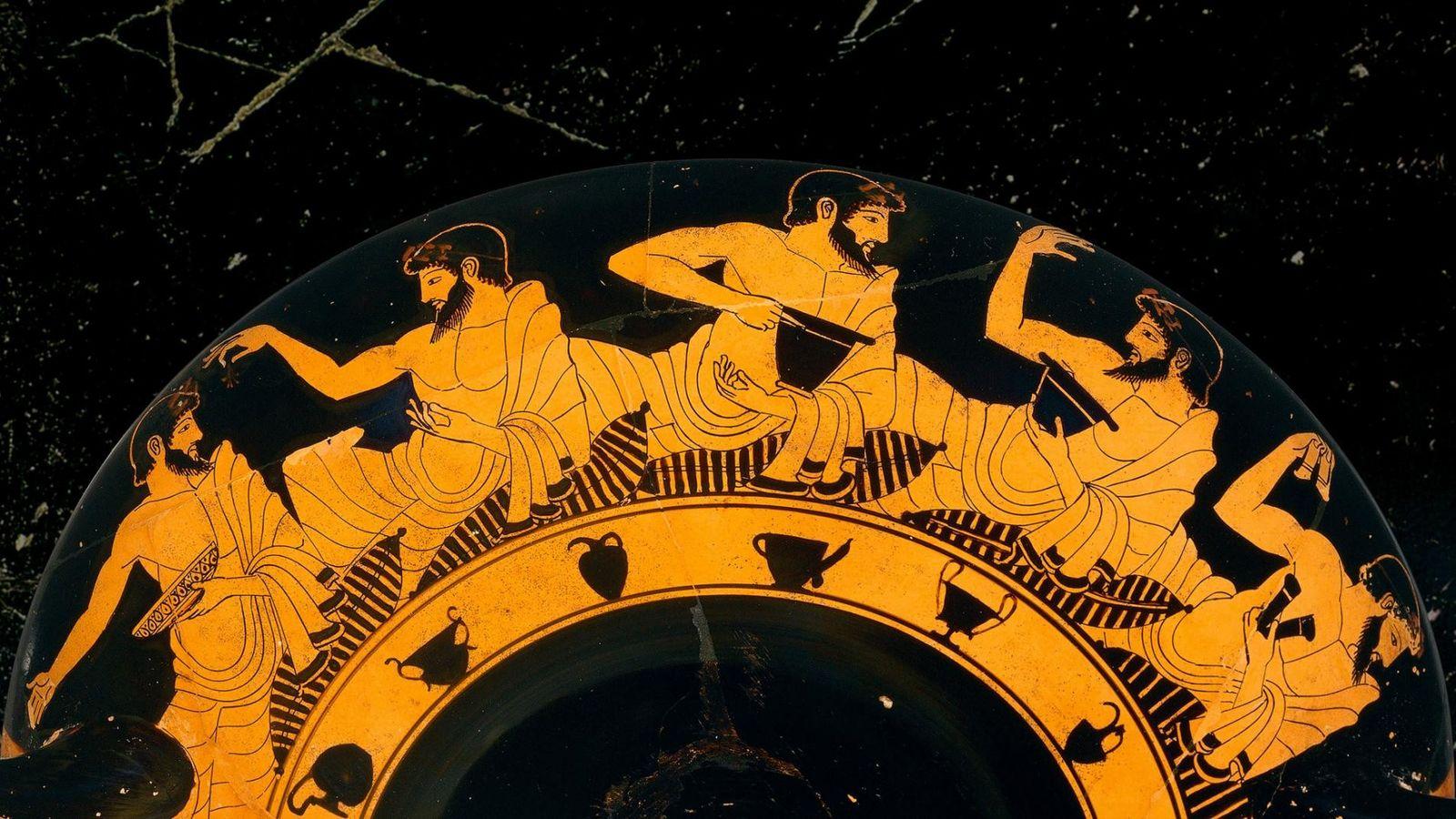Un kylix attique datant du Ve siècle av. J.-C., exposé au Musée national de Berlin, montre ...