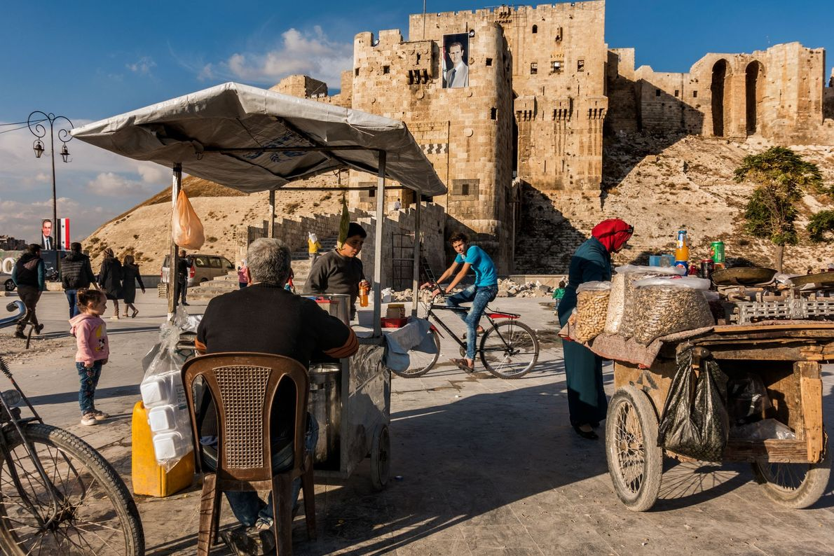 La vie reprend son cours à Alep, près de la citadelle, un palais médiéval considéré comme ...