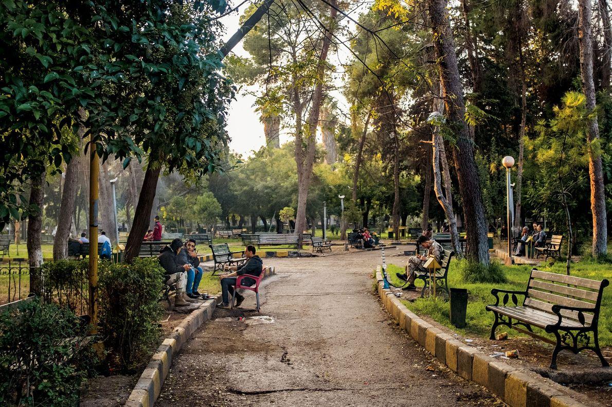 Familles et amis se rassemblent dans le parc public d'Alep. Le parc urbain de 170 000 ...