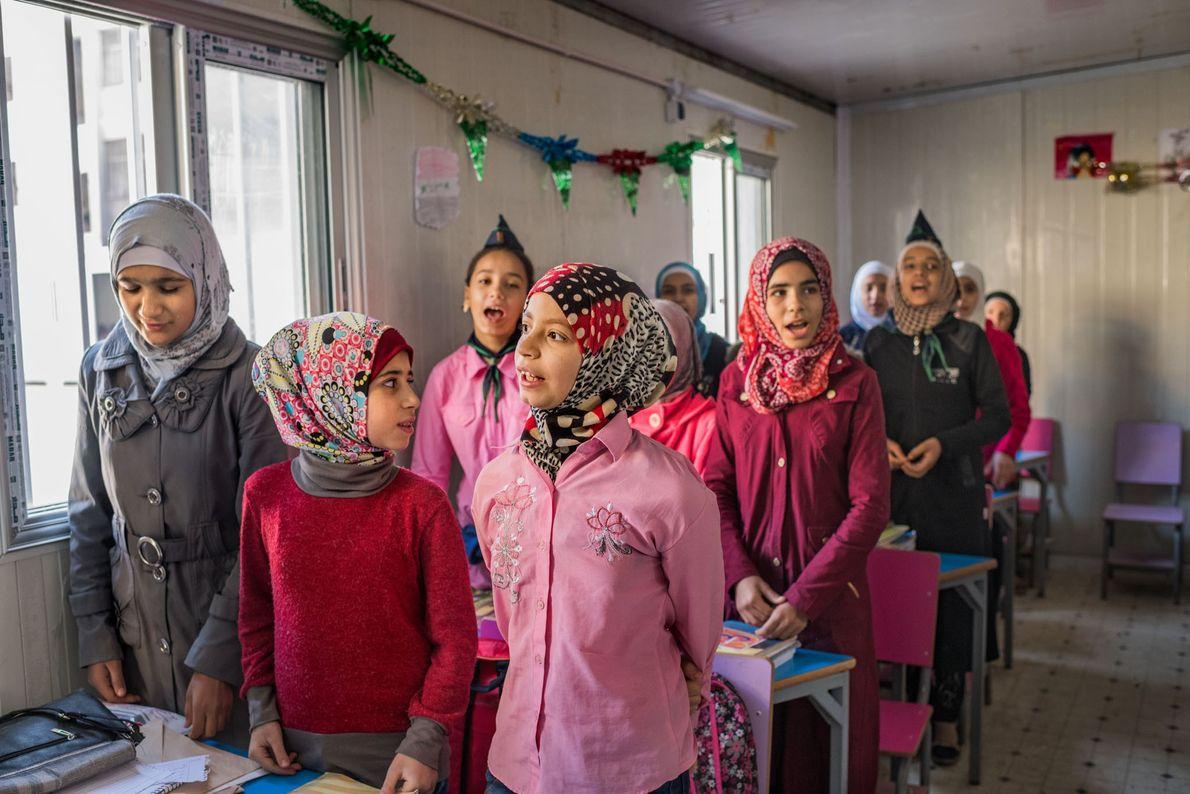 Des jeuenes filles chantent à l'école Ibn al Nafees dans le quartier Al Myassar à l'est …