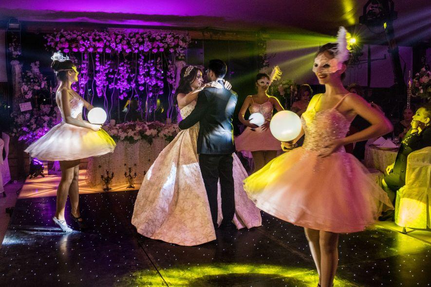 Ce mariage à Riga Palace à Alep est la première célébration que l'hôtel organise depuis quatre ans, signe s'il en est que la vie reprend peu à peu son cours. Pendant le siège de près de quatre ans, le propriétaire de l'hôtel, Nawras Riga, et 45 employés ont vécu à l'hôtel, près des lignes de combats.