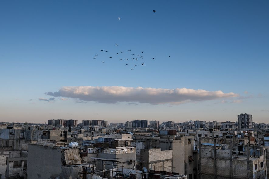 Pendant la guerre civile syrienne, toujours en cours, le quartier Baba Amr de Homs était l'épicentre des combats. Aujourd'hui, cette partie de la ville est presque abandonnée car peu de familles sont rentrées. Lentement, des mesures sont prises pour restaurer le quartier et attirer les résidents dans la région.