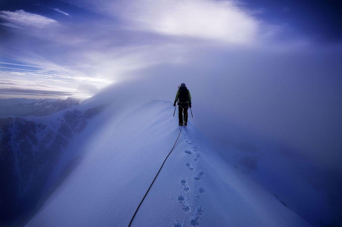 Escalade de l'Aiguille de Bionnassay, un sommet du massif du Mont-Blanc culminant à 4 052 mètres.