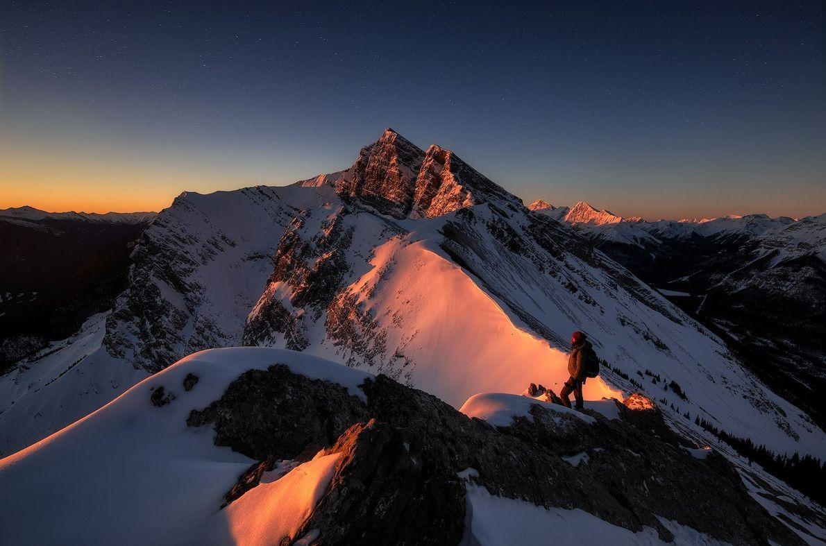 Sublime lever de soleil au sommet du Ha Ling Peak, au Canada. Il a fallu à ...