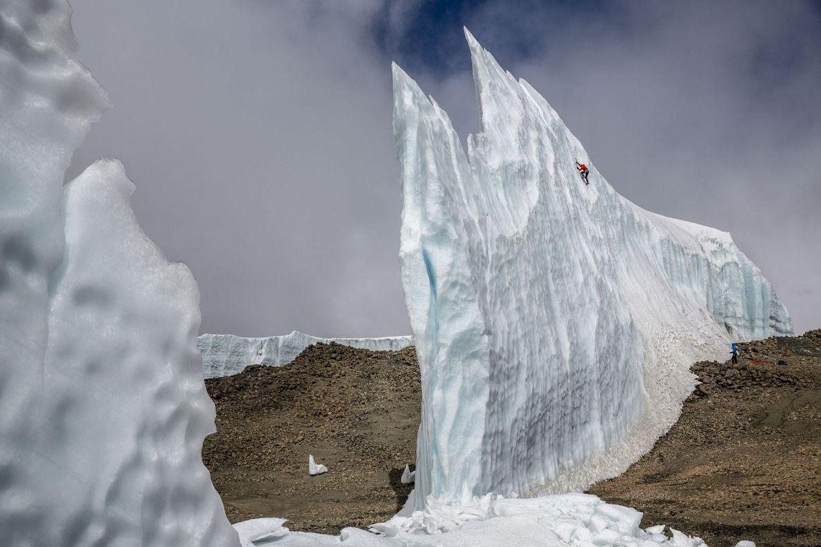 Will Gadd escalade un mur de glace près du sommet du Kilimandjaro.