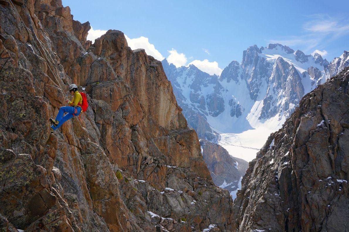 Descente du sommet Raceka, dans le parc national d'Ala Archa, au Kirghizistan.