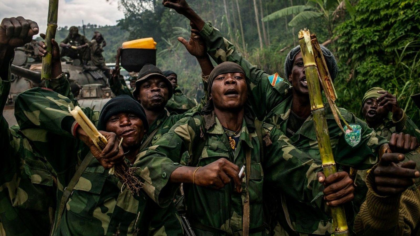 Un commando congolais, dernier bastion de rebelle M23, s'enthousiasme durant leur avancée vers Bunagana sur une ...