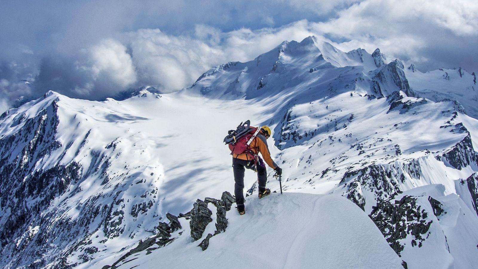 Un grimpeur au sommet du mont Armstrong, la 22e plus haute montagne des Adirondacks.