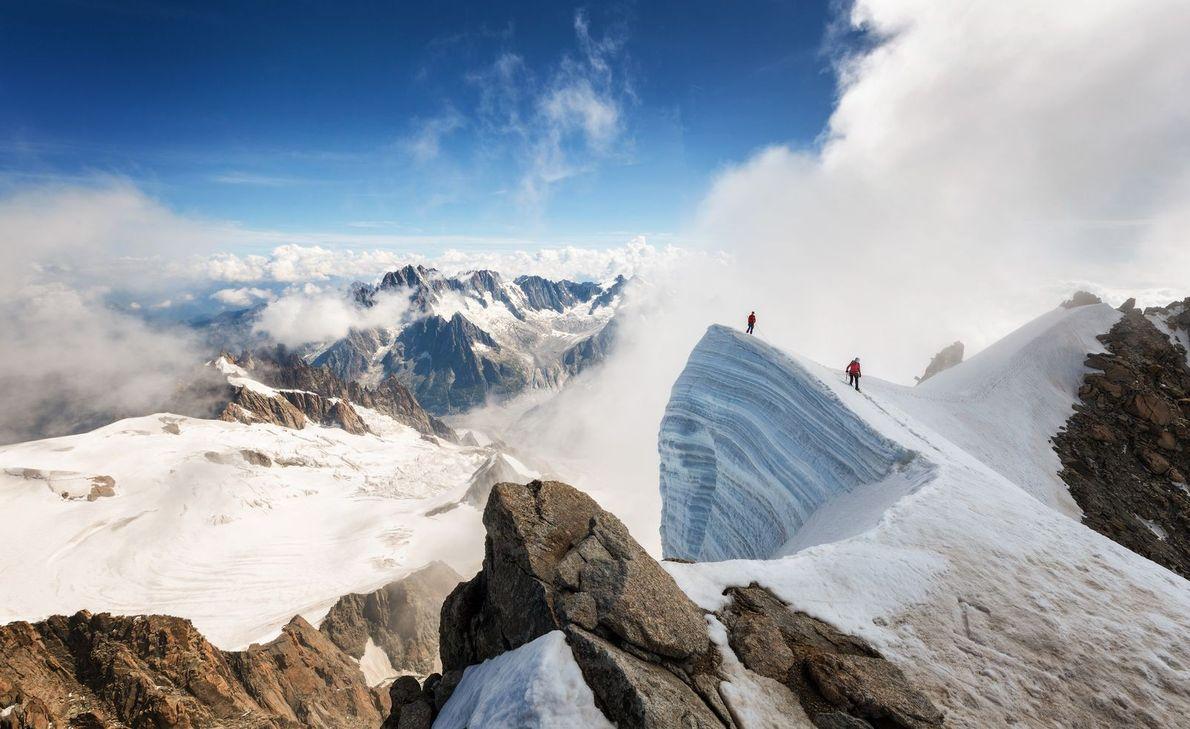 Deux alpinistes sur une crête glacée au sommet du Mont Blanc.