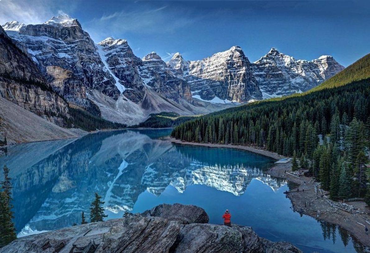 Lever de soleil au lac Moraine dans les montagnes Rocheuses canadiennes.