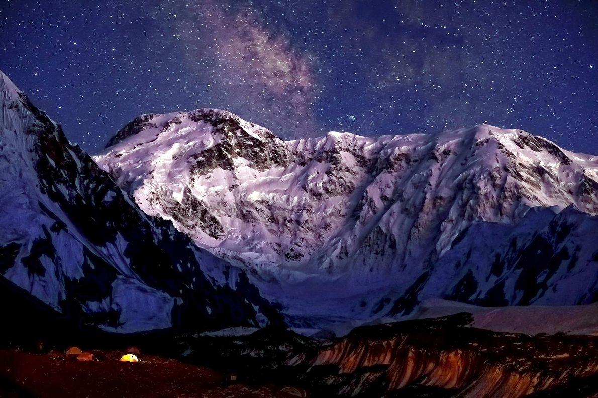 Le Jengish Chokusu (également connu sous le nom de pic de la victoire ou Peak Pobeda, ...
