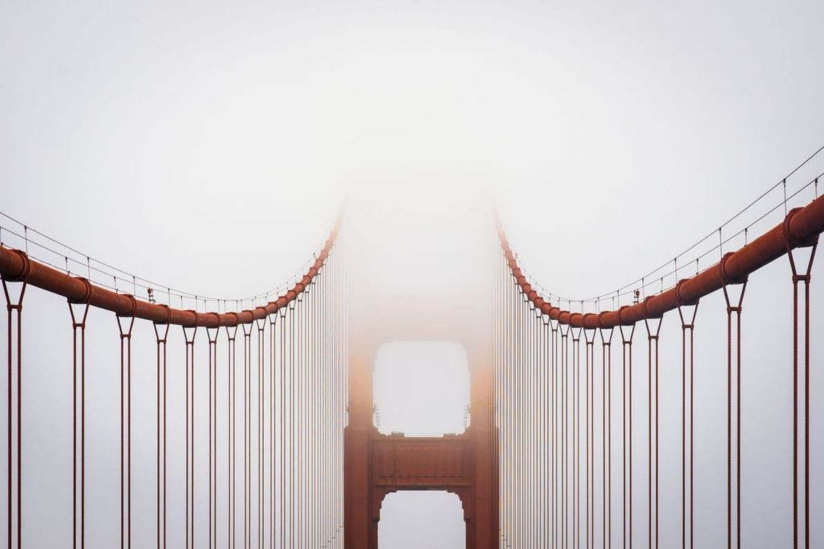Deux caractéristiques bien connues de San Francisco se retrouvent dans cette photo : le Golden Gate ...