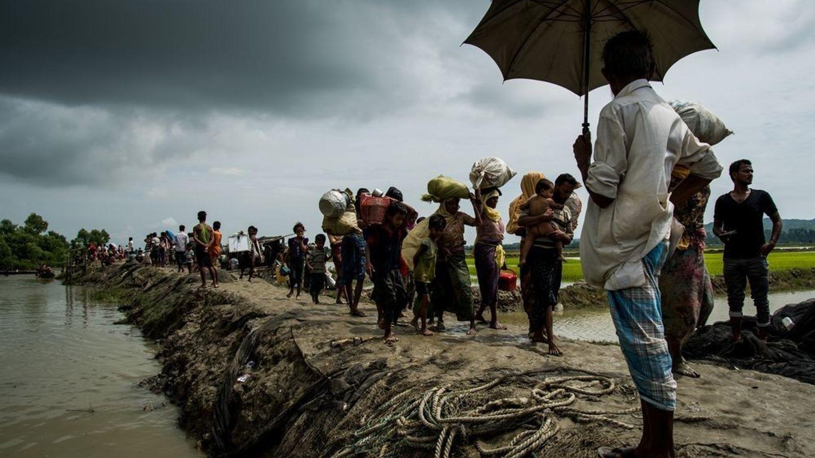 Des réfugiés rohingya fuit le Myanmar pour le Bangladesh.