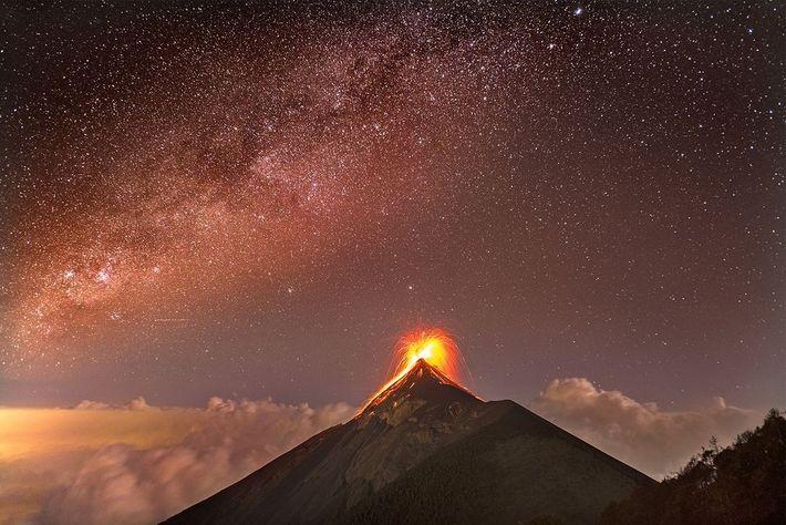 Après cinq heures de randonnée sur le volcan Acatenango, j'ai pu capturer cette superbe vue du ...