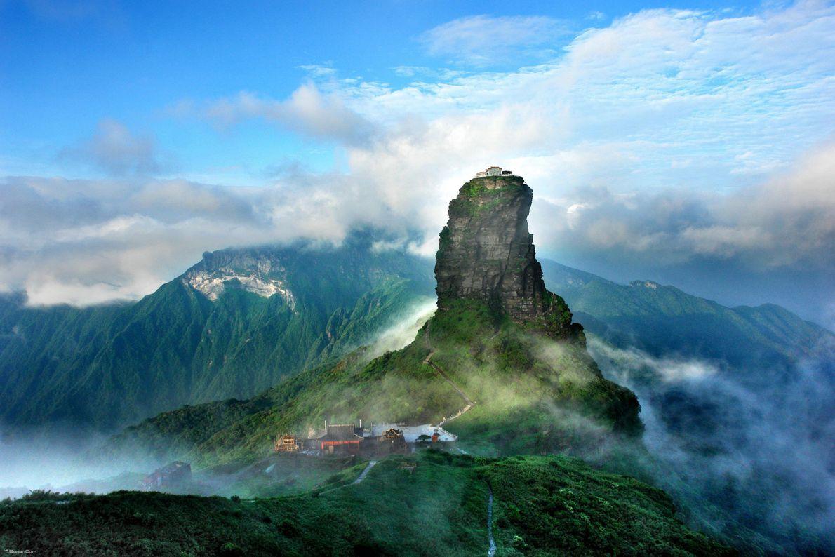 Situé dans la chaîne de montagnes de Wuling en Chine, Fanjinshan se caractérise par une amplitude ...