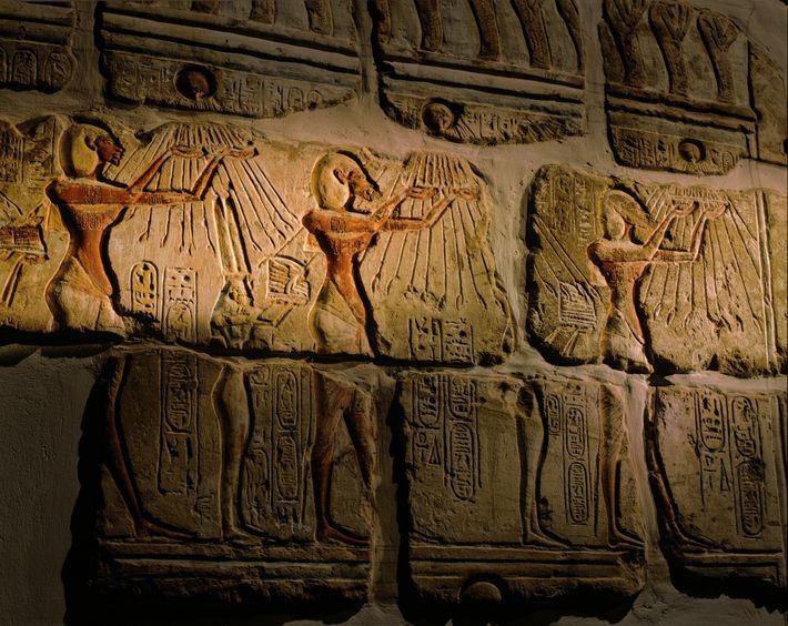 Le pharaon Akhenaton vénère le disque solaire Aton. Ces pierres de roche calcaire, nommées talatat, ont ...