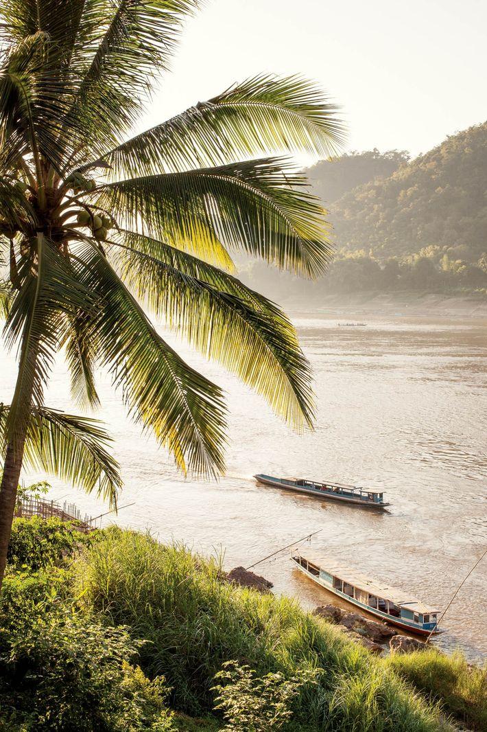 Le Mékong s'écoule inlassablement aux abords de Luang Prabang, ville laotienne classée au patrimoine mondial de ...