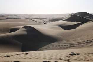 À quelques heures de route de Lima, Huacachina offre un paysage de dunes de sable jaune ...