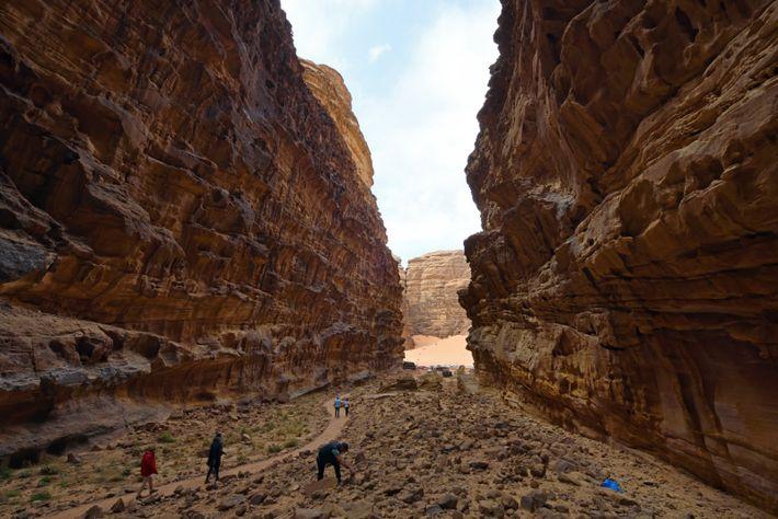 Le désert Wadi Rum offre des paysages très variés grâces aux nombreuses formations rocheuses, falaises et ...