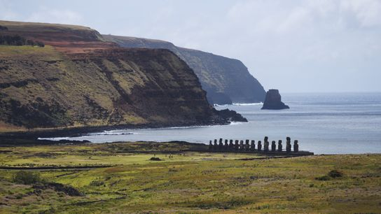 Avec ses quinze moais gigantesques érigés dos à la mer, pour protéger les habitants, l'Ahu ...