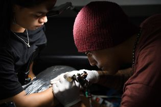 Depuis une vingtaine d'années, la tradition du tatouage est revenue à la mode sur l'île de ...