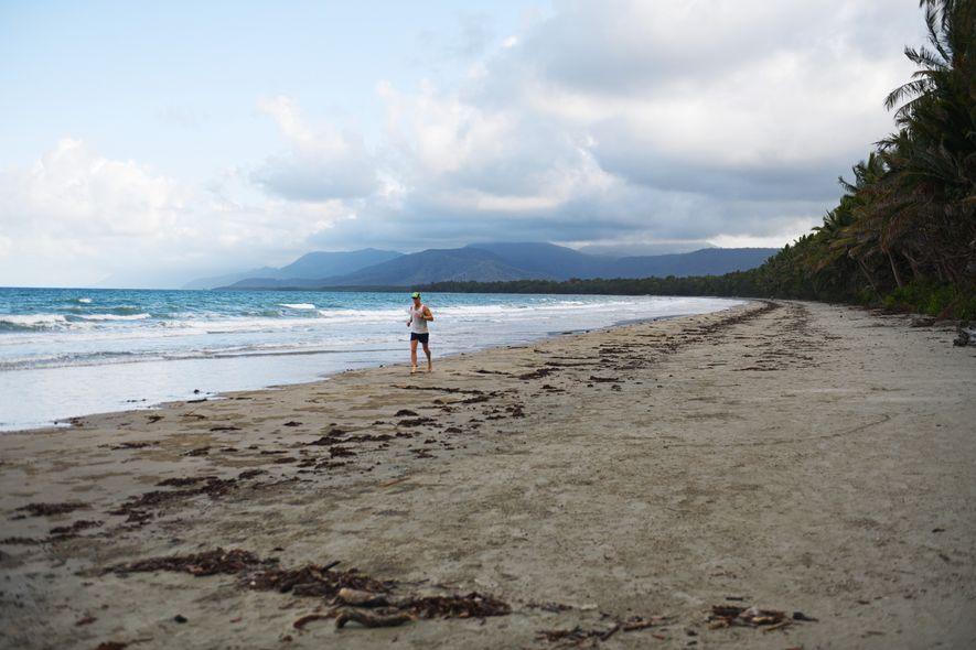 Langue de sable crème bordée de palmiers, la plage de Port Douglas dans l'État du Queensland ...