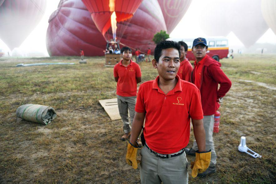 À Bagan, une trentaine de montgolfières s'apprêtent à s'envoler pour un voyage au-dessus des stupas. Le ...