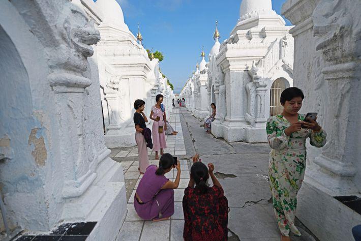 La pagode Kuthodaw, à Mandalay, dans le nord du pays, est surnommée «Le plus grand livre ...