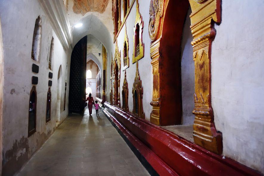 Dans les couloirs de l'immense pagode Ananda, datant de 900 ans, à Bagan en Birmanie.