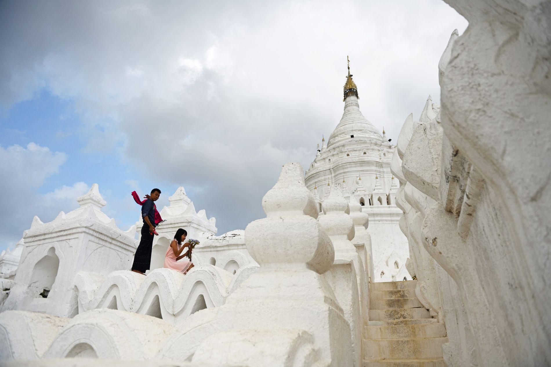 La pagode Mya Thein Tan, à Mingun, est un monument immaculé à sept terrasses, représentant le ...
