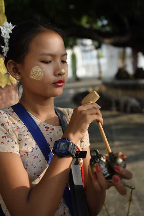Nombreuses sont les femmes birmanes qui arborent sur leurs visages des motifs réalisés avec une substance ...