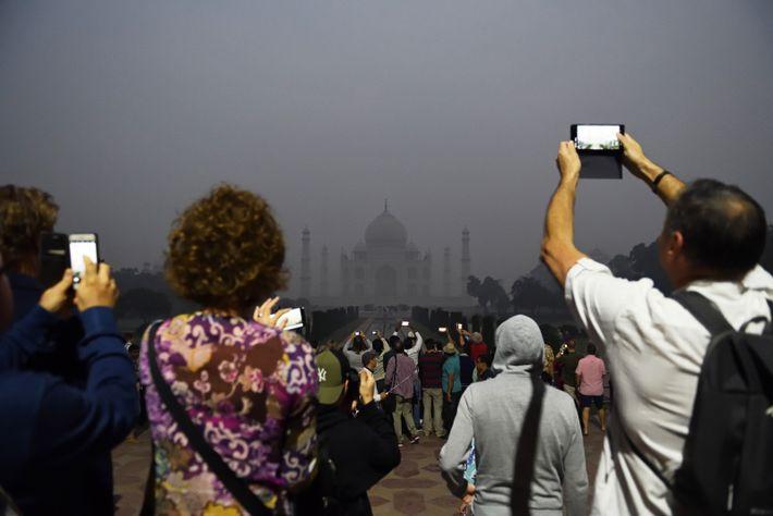 Au petit matin, le site du Taj Mahal est déjà pris d'assaut par les touristes armés ...