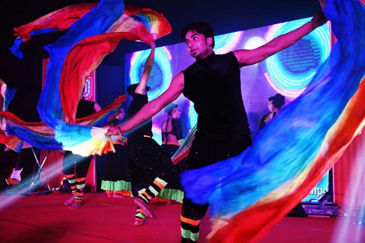 Plusieurs danseurs se succèdent sur scène lors d'une soirée sur le thème de Bollywood.