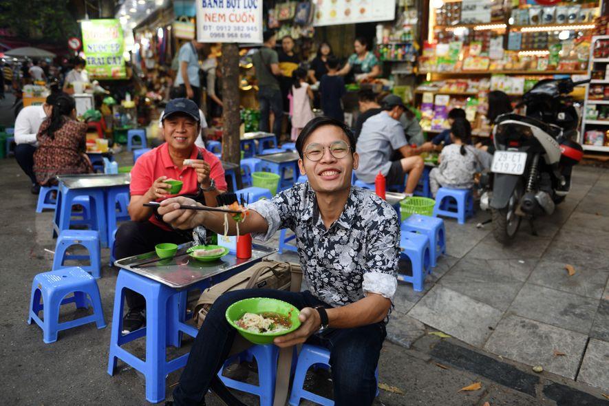Le samedi soir, les habitants se pressent en famille dans le vieux quartier d'Hanoï rendu piétonnier ...