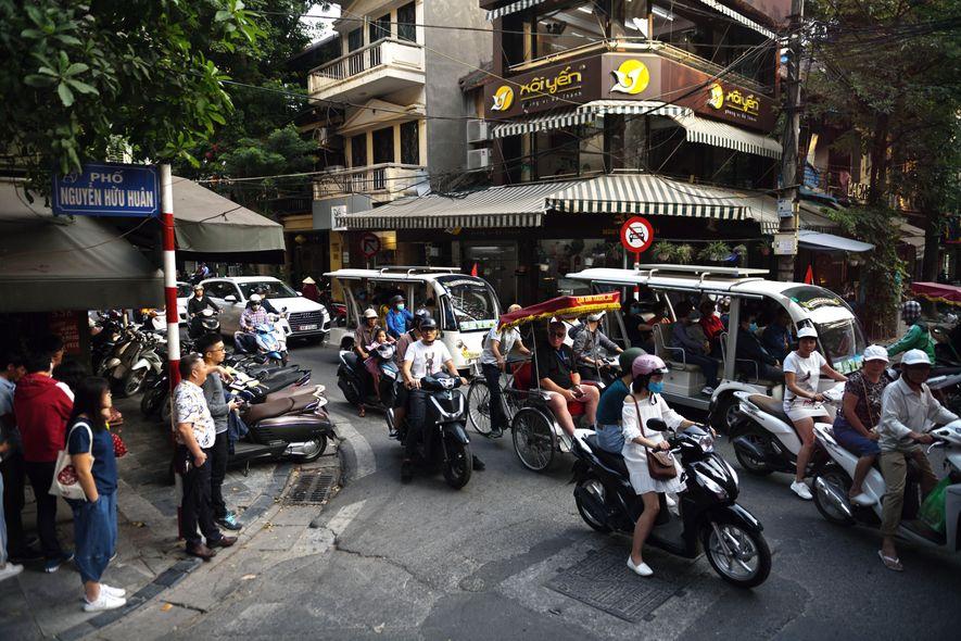 Les rues de la capitale du Viêt Nam accueille un trafic dense de voitures, camionnettes, mobylettes ...