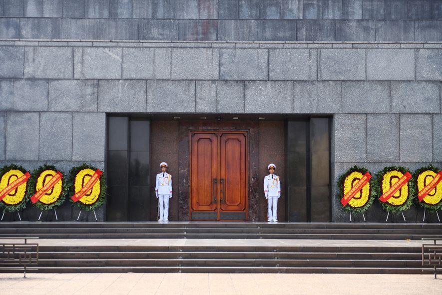 Inauguré en 1975, le mausolée d'Hô Chi Minh, situé sur la place Ba Dinh, abrite la ...