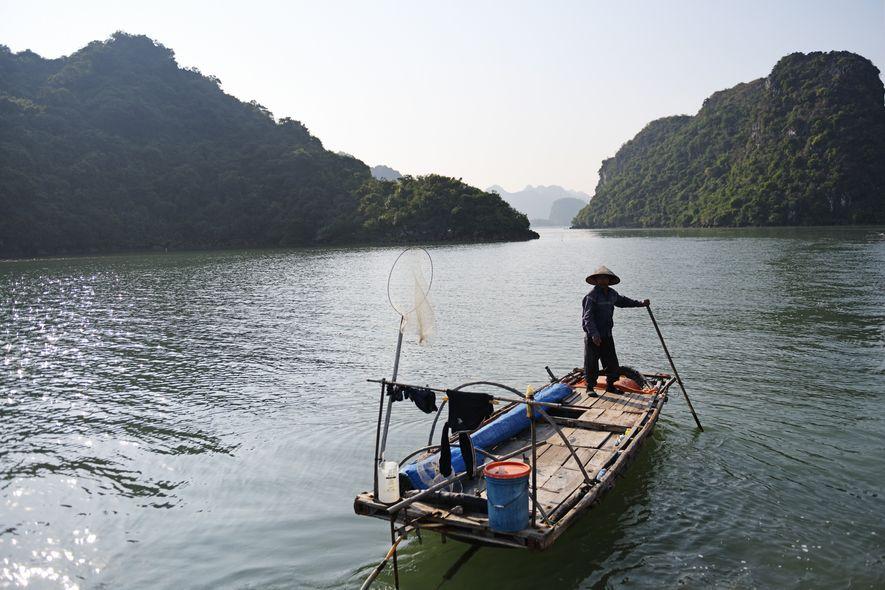 Coucher de soleil, pêcheur sur la baied'Hạ Long