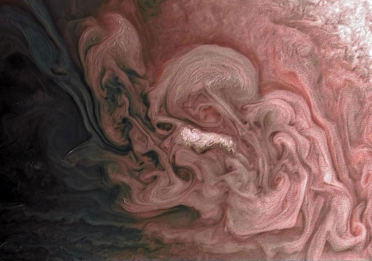 La sonde spatiale Juno de la NASA a immortalisé ces incroyables tourbillons de nuages à plus ...