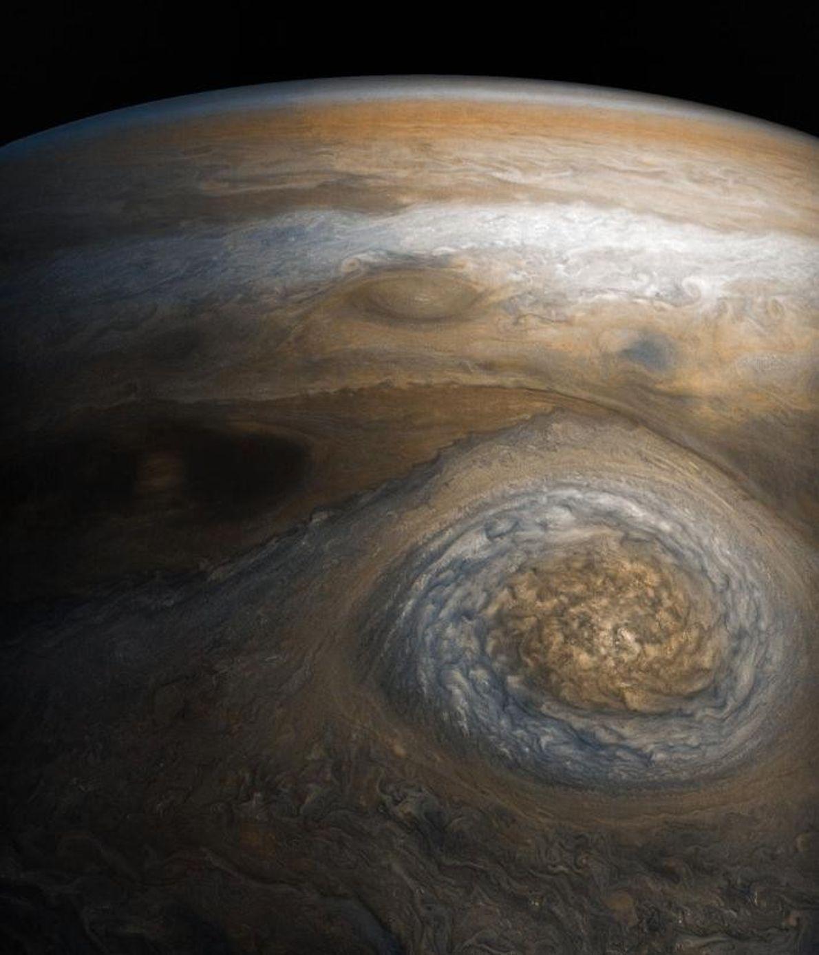 D'une longueur avoisinant les 6 000 kilomètres, cet anticyclone massif tourbillonne au sud du pôle Nord ...